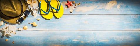 Sommerferien-Fahnenkonzept, Strandzusätze auf altem Bretterboden stockbilder