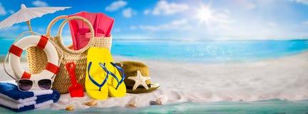 Sommerferien-Fahnenkonzept, Strandzus?tze auf h?lzerner Planke lizenzfreies stockfoto