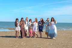 Sommerferien-, Feiertags-, Reise- und Leutekonzept - Gruppe lächelnde junge Frauen auf Strand Stockfoto