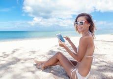 Sommerferien, Ferien, Technologie und Internet - Mädchen lookin Lizenzfreie Stockfotografie