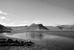 Sommerferien im isafjordur, Island Hügelige Küstenlinie auf sonnigem blauem Himmel Berglandschaft gesehen vom Meer discover stockbilder