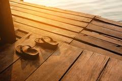 Sommerferien-Konzeptsandalen beschuht Weinlese auf hölzernem backgrou Stockfotos