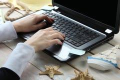 Sommerferien, on-line-Anmeldung lizenzfreies stockfoto
