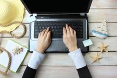 Sommerferien, on-line-Anmeldung stockbild