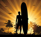 Sommerferien, Mann mit Surfbrett Lizenzfreies Stockfoto