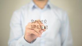 Sommerferien, Mann-Schreiben auf transparentem Schirm Lizenzfreie Stockbilder