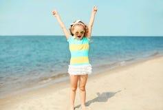 Sommerferien, Reisekonzept - Kind des kleinen Mädchens, das Spaß auf Strand hat stockfotos