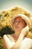 Sommerferien und Ferienkonzept - Frau im gelben Kleid und stockbild