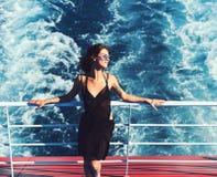 Sommerferien und -reise zum Ozean Frauenreise durch Meer und sich entspannen Reisen und Bootsmarinereise Mode und stockfoto