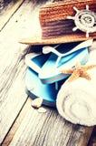 Sommerferieneinstellung mit Flipflops Stockfoto