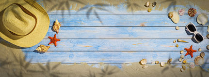 Sommerferienfahne - seashel und Stern fischen auf Bretterboden lizenzfreies stockfoto