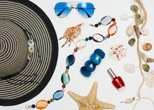 Sommerferienhintergrund, Strandzubehör auf Blau beunruhigter hölzerner Tabelle, Ferien- und Reiseeinzelteilen Lizenzfreie Stockbilder