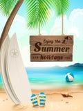 Sommerferienhintergrund - Surfbrett an gegen Strand und Wellen Auch im corel abgehobenen Betrag Stockbilder