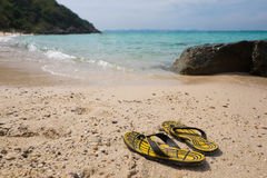 Sommerferienkonzept, gelbes gestreiftes auf Meer-beac Stockfotos