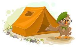 Sommerferienlager Pfadfindereule, die nahes Zelt steht Touristischer Zeltsatz des Eulenvogels kampieren Stockfotos
