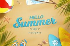 Sommerferientext auf dem Strandsand umgeben mit Pantoffeln, Palme, Ball, Surfbrett, Sonnenbrille, Karte, Starfish und Oberteilen Stockfoto