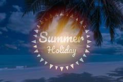 Sommerferienwörter auf schönem tropischem Strand der Unschärfe Stockfoto