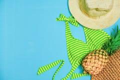 Sommerfest Zeit zu Relax zum Strand und zur Reise mit Bikini-, Hut-und Ananas-Frucht auf Pastellhintergrund gehen r lizenzfreie stockfotos