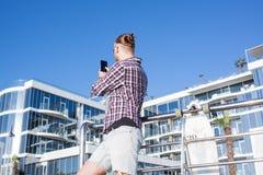 Sommerfoto mit Schlittschuhläufer machen Foto auf Smartphone Lizenzfreie Stockfotos