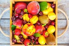 Sommerfrüchte in einer Holzkiste Stockfotografie