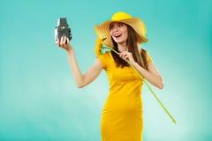 Sommerfrau hält alte Kamera der Sonnenblume Stockfotografie