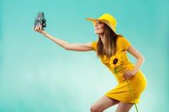 Sommerfrau hält alte Kamera der Sonnenblume Lizenzfreies Stockbild