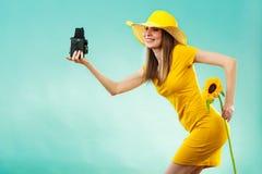 Sommerfrau hält alte Kamera der Sonnenblume Lizenzfreie Stockbilder