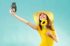 Sommerfrau hält alte Kamera der Sonnenblume Stockbilder