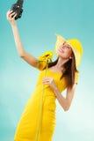 Sommerfrau hält alte Kamera der Sonnenblume Stockbild