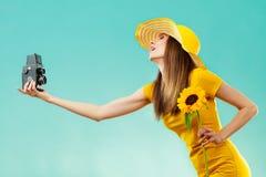 Sommerfrau hält alte Kamera der Sonnenblume Lizenzfreies Stockfoto