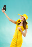 Sommerfrau hält alte Kamera der Sonnenblume Lizenzfreie Stockfotografie