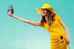 Sommerfrau hält alte Kamera der Sonnenblume Lizenzfreie Stockfotos