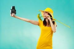 Sommerfrau hält alte Kamera der Sonnenblume Stockfoto