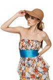 Sommerfrau im Chiffon- Kleid und in einem Hut Lizenzfreies Stockfoto