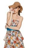 Sommerfrau im Chiffon- Kleid und in einem Hut Stockfoto