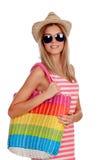 Sommerfrau mit dem Sonnenbrilleeinkauf Lizenzfreie Stockfotografie