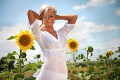 Sommerfrau mit Sonnenblumen Lizenzfreie Stockbilder