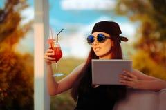Sommerfrau tragender Bandana und Sonnenbrille mit PC Tablet Lizenzfreies Stockbild