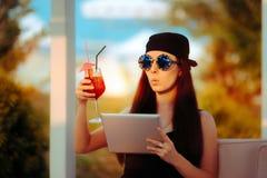 Sommerfrau tragender Bandana und Sonnenbrille mit PC Tablet Stockfotografie