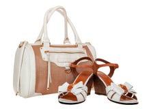 Sommerfrauentasche und -Sandalen auf Weiß lizenzfreies stockbild
