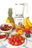 Sommerfrucht und Smoothiemischmaschine Lizenzfreie Stockfotografie