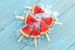 Sommerfruchtsüßspeise-Holzteakholz des Wassermeloneneises am stiel leckeres frisches Stockfotos