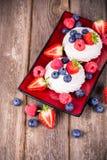 Sommerfruchtservierplatte Stockbild