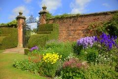 Sommergarten mit alter Wand und Gattern Lizenzfreies Stockbild