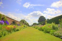 Sommergarten mit alter Wand und Gattern Lizenzfreies Stockfoto