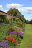 Sommergarten mit alter Wand und Gattern Stockfoto