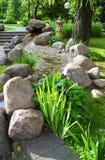 Sommergarten mit Anlagen und Steinen Stockfoto