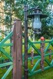Sommergarten mit fance Lizenzfreie Stockfotos