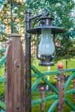 Sommergarten mit fance Stockfotografie