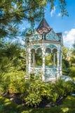 Sommergarten mit Nische Stockfotos